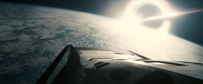 La nave espacial Ranger, descendiendo a uno de los planetas candidato a futuro hogar. En el horizonte, imponente y terrible, el agujero negro Gargantúa.